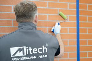 Efekt cegły na ścianie - szablon i tynk dekoracyjny MITECH DEKOMASA